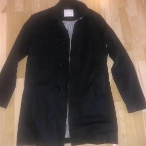 Varetype: Herrer jakke Farve: Støvet sort Oprindelig købspris: 1500 kr.  Skøn jakke i bomuld med foer som både kan være casual og business. Ikke nyvasket, men det tænker jeg du selv vil :-) Lidt slidt i kraven.