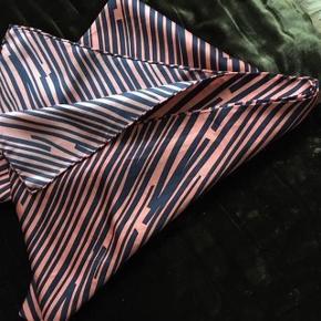#30dayssellout Varetype: silketørklæde -Bella Ballou Størrelse: 65x180 Farve: se fotos Oprindelig købspris: 800 kr.  Tørklædet er købt i Illums Bolighus og er   ikke brugt. Det er af silke og sælges for 250 kr  Farven på foto 2 og 3 rammer bedst