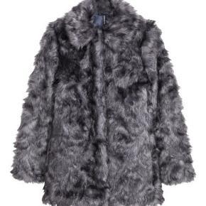 Sælger denne bløde sorte pelsjakke fra H&M, den er kun brugt 1 gang og er i helt fin stand.  - Prisen kan forhandles
