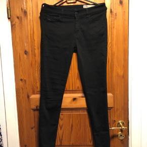 Helt nye diesel jeans, ALDRIG BRUGT!!!  De er i en størrelse W28-L30, og der er super god stræk i dem💛