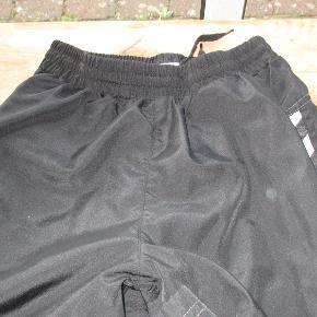 Klasikse sorte hummel træningsbukser str 12 år.  Har dem også i str 14 år  Se også mine flere end 100 andre annoncer med bla. dame-herre-børne og fodtøj