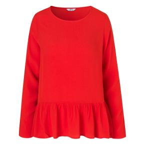 Rød bluse fra Envii Brugt en enkelt gang  Nypris 400kr  Se også mine andre annoncer 😊