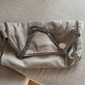 Jeg sælger min flotte Stella McCartney taske, da jeg desværre ikke får den brugt nok. Den er brugt meget lidt og ser ud som ny. Kvitteringen har jeg desværre ikke længere.