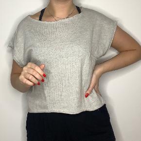 Crop top fra Moss Copenhagen i råt sweatshirt stof.  Størrelse small  Pris: 50,-