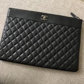 Helt ny Chanel clutch. Købt på vestiaire. Kvalitets kontrol og certifikat medfølger.  35x25 cm.