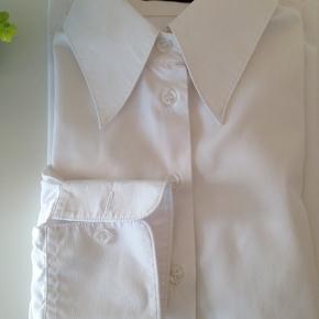 Boswell Woman Supper fin skjorte str. 36 figur syet  2 fine indsnit i ryggen Brystvidden 48 cm. For + bag 96 cm. Længden 61 cm.  Ts / Mobil Pay  Porto GLS