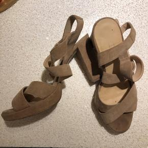 Små i størrelsen. 5th avenue heels, super fine. En smule slid i sålen ved hælen på den ene, men intet synligt, når man har den på. Ny pris: 500kr