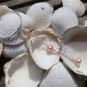 GRATIS FRAGT Hængeøreringe i ægte sterlingsølv. Creoler med tre små rosa ferskvandsperler.   Smykket måler 7,5 cm i længen.  Fra www.decopop.dk