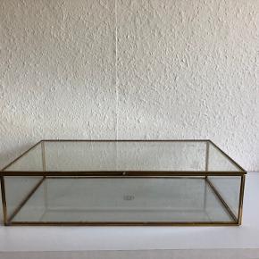 Opbevaringsglasskrin/æske i glas og messing til eksempelvis make-up.   Mål:  L: 36.5 b: 20 H: 9