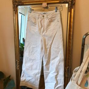 Beige jeans fra weekday, som er størrelse 27 (fitter en størrelse Small-medium) modellen er veer ecru