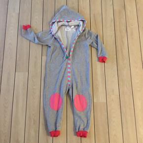 Super sød økologisk jumpsuit sweat suit str. 98 fra Freds World med frøen Fred på numsen.  Købspris: 399,95