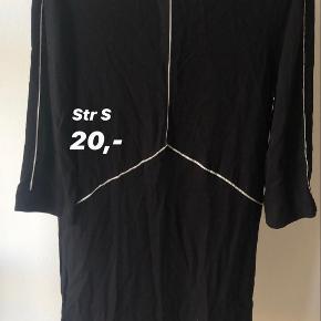 Brugt en enkelt gang. 3/4 ærmer og kjolens længde er til omkring knæene.   Str. 36 / S Befinder sig i: Næstved