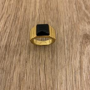 Ring fra A Pure Mind. Forgyldt og derfor slidt på den nederste del af ringen. Diameter 1,6 cm.