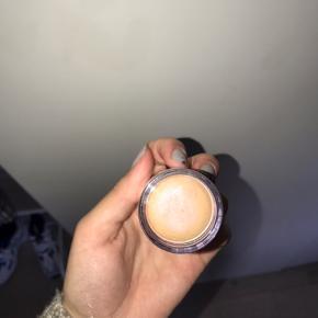 Milk Makeup highlighter. Kun loge prøvet en enkelt gang. Sælges for 99kr ekskl fragt med dao