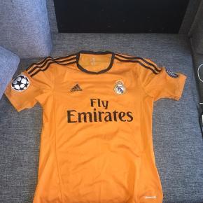 Sælger disse tre fodboldtrøjer. Den grå er med James bagpå, de to andre er med Ronaldo bagpå. Har ingen mp, så bare byd