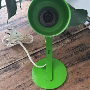 Super sej mega grøn bordlampe. Virker 100% og fremstår rigtig flot, men med enkelte små brugstegn.   Hovedet kan vippes op og ned efter behov