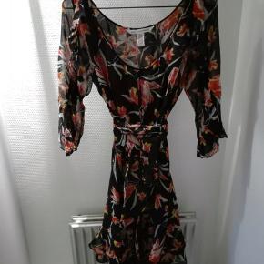 Fin silkekjole med underkjole. Str. 8, small/medium.