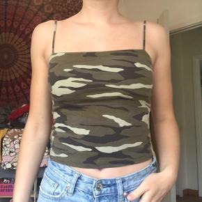 Cool top fra Gina Tricot i deres populære fit med army / militær / camouflage print i str S (fitter stramt). Brugt én gang, men får den desværre bare ikke brugt. Byd endelig!😁