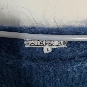 Super lækker oversized strik i mohair, uld og polamid. Kradser ikke og er super blød og meget varm. Lang i modellen og går ned om rumpen. Brugt en enkelt gang