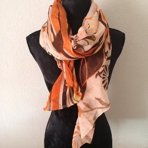 LBVYR - tørklæde Næsten som ny Farve: orange med mønster Mål: 160 cm x 106 cm Køber betaler Porto!  >ER ÅBEN FOR BUD<  •Se også mine andre annoncer•  BYTTER IKKE!