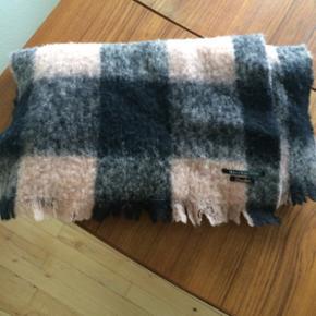 Super smukt tørklæde fra Maison Scotch, dejligt stort og varmt. Lækker kvalitet og som nyt.