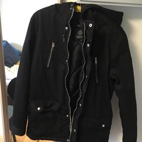 Hej, sælger jakken fordi at jeg har en vinterjakke i forvejen. Den er ikke brugt og den koster normalt 1000kr. Afhentning vil foretrækkes.