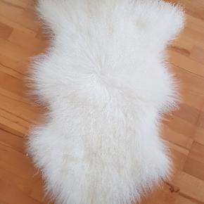 NYPRIS SKIND: 799 kr. STAND: HELT SOM NYT FARVE: Elfenben SÆLGES for KUN: 350 kr. pp ... fra røgfrit hjem ...  Silkeblødt tibetansk lammeskind 100 x 60 cm med de fineste, blødeste krøller.