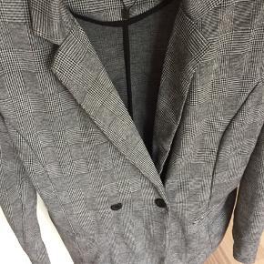 Ny jakke / blazer i moderne tern Fik købt forkert str og kan ikke finde bon.