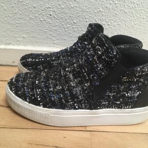 Super elegante unikke sneakers str.37 sælges. Mønster sort, blå og grå🦋se også mine andre spændende annoncer 🌸