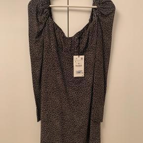 Super flot kjole fra zara, Sælger kun da den er for lille i brysterne til mig.  Det er en str L men svarer til en M! (Små zara størrelser)