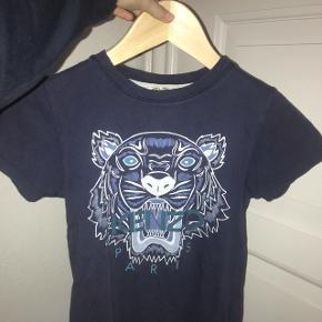 Sælger min blå kenzo T-shirt fra børne afdelingen. I en str 10 men passer nemt en på 12 Np: 650 Mp: 200kr Skriv for mere info😊