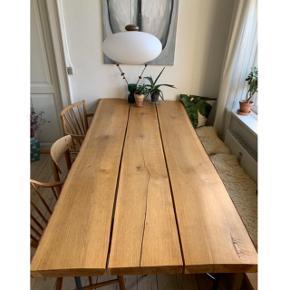 Rustikt egetræs plankebord, med bark på kanterne. Bordet er 220 cm x ca 95 cm. Super lækkert bord, giv gerne et bud på prisen.   Bordet skal afhentes, og er meget tungt.
