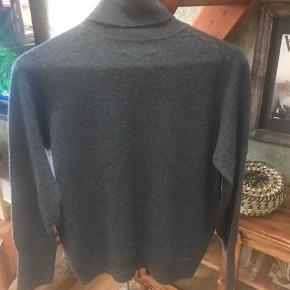 Højhalset bluse i 100% Cashmere. Aldrig brugt.