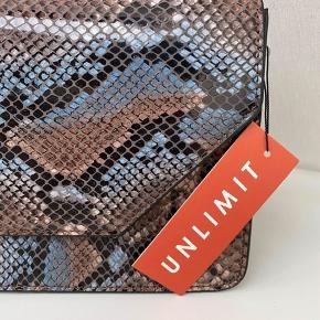 """Sælger denne lækre unlimit taske i """"slange skind"""" med blå nuancer  Så fed taske, og god til at Spice et lidt kedeligt outfit op Byd💕"""