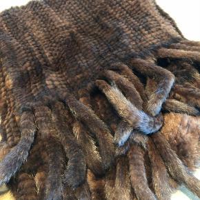 c32220e8 Brand: Andet Varetype: Tørklæde Størrelse: 38 gange 180 Farve: Brun  Oprindelig købspris