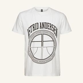 Sælger denne meget fine Astrid Andersen t-shirt. Ny pris var 1.100 kr. Den er kun brugt 3 gange og er dsv også derfor jeg sælger den😄