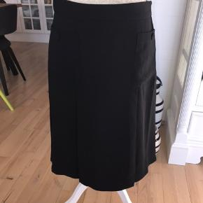 Fin sort nederdel med lommer foran. Aldrig brugt, stadig med mærke. Mp 206kr pp