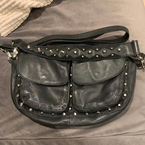 Sælger denne fine taske fra Unlimit. Den er brugt, men stadig i rigtig god stand! Tasken er den mellem størrelse og kunne godt trænge til en vask indeni