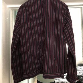 Samsøe Samsøe Gilbert jacket 7993 Color: RED STRIPE 52  Lavet af italienske materialer.  Jakken er aldrig brugt, og er god til forår/sommeraftener.