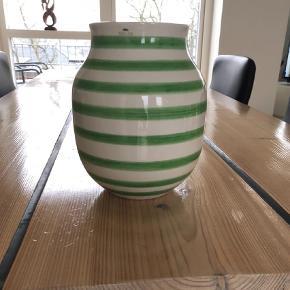 Varetype: Vase Størrelse: 20 cm Farve: Grøn Oprindelig købspris: 300 kr.  Kähler vase med grønne striber - super fin