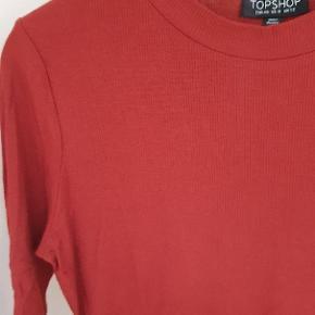 Rustrød ribbet t-shirt fra Topshop i str. 40, men passer en 38.