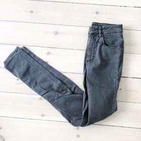 Selected Femme jeans i grå   størrelse: 27   pris: 70 kr   fragt: 37 kr