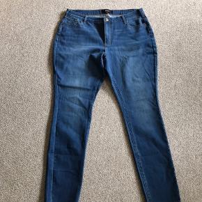 Helt nye Zizzi jeans i str 46  Indv. benlængde : 79 cm Skridtlængde foran : 25 cm Livvidde: 2 x 46 + stræk