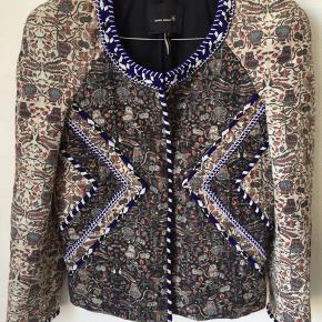 Den smukkeste jakke fra Isabel Marant med skulderpuder og virkelig flotte perler rundt ved hals og ned.  Style Jordan Den er str 1 = str 34/xs
