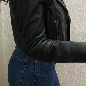 Meget lækker og nydelig læder jakke. Jakken er fra en pragtfuld kollektion fra H&M.  -ÆGTE LÆDER!  Byd gerne (:
