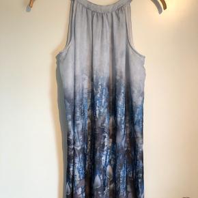 Fin kjole i blå nuancer. Kjolen kan nemt passes af en str. S   Se også mine andre +100 annoncer! Dixie, Selected femme, Modstrøm, Neo noir, Second female, Ecco, Vagabond, Eastpak