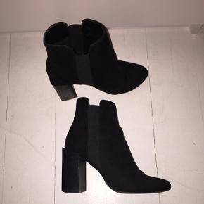 Lækre støvler med hæl fra Nelly/NLY shoes. De har et par skrammer men de er stadig i fin stand. Hæl måler 9 cm