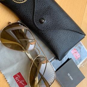 Lækre Ray-Ban solbriller som er brugt minimalt.  Alt på billedet medfølger. Sælges billigt.