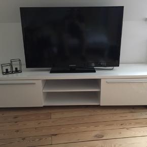 Hvidt tv-bord, god men brugt. Kan afhentes i Varde   Længde - 180cm Højde - 37cm Dybde - 45cm