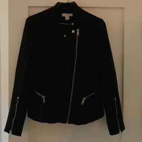 Sort jakke (ruskinds-look) med fede lynlås detaljer   Er selv en str. 36-38 og har passet mig fint.
